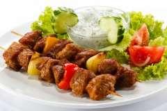 Вкусные рецепты: Салат из свежих огурцов с луком, зеленью и чесноком, Маффины с кремом «Патисьер» и вишней, Рыбка на картофельном острове